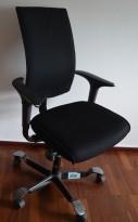 HÅG H05 5600 kontorstol i sort stoff, armlener i sort, fotkryss i sort, OBS! Slitasje på armlene