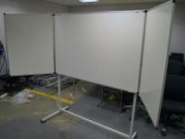 Whiteboard på stativ, 150x100cm whiteboard med 2stk 75x100cm tavler som kan brettes ut, 150cm bredde, 180cm høyde, pent brukt