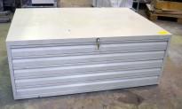 Tegningsskuff i hvitlakkert metall, 5 skuffer, bredde 132cm, dybde 91cm, pent brukt