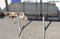 Kompakt skrivebord / avlastningsbord i sort / grålakkert metall fra Klaessons, 120x70cm, OBS! Slitasje plate