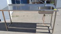 Arbeidsbenk i rustfritt stål 180cm bredde, 65cm dybde, 90cm høyde, kum på h.s., blandebatteri, pent brukt
