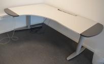 Elektrisk hevsenk skrivebord fra Kinnarps T-serie i lyst grått, 200x136cm hjørneløsning sving v.s., pent brukt