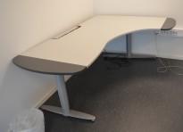 Elektrisk hevsenk skrivebord fra Kinnarps T-serie i lyst grått, 200x136cm hjørneløsning sving h.s., pent brukt