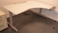 Elektrisk hevsenk skrivebord fra Kinnarps T-serie i lyst grått, 180x136cm hjørneløsning sving h.s., pent brukt