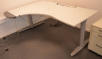 Elektrisk hevsenk skrivebord fra Kinnarps T-serie i lyst grått, 180x136cm hjørneløsning sving v.s., pent brukt