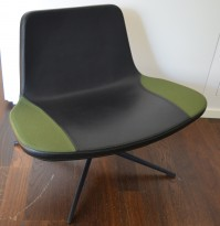 Ray Lounge Chair by Hay, design Jakob Wagner, sort skinn / grønt stoff, base med sving, pent brukt