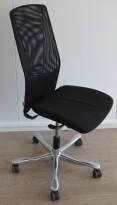 Kontorstol: Kinnarps 5000-serie i sort stoff / mesh, krom fotkryss, uten armlener, pent brukt