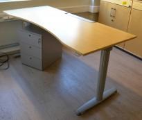 Kinnarps T-serie skrivebord i bjerk med elektrisk hevsenk, 180x80cm, magebue, pent brukt