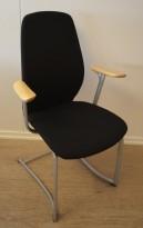 Møteromsstol / besøksstol fra Kinnarps, mod Plus 377 i sort stoff / bjerk armlene, pent brukt