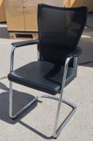 Konferansestol / besøksstol i sort skinn-look / sort mesh fra Lamm, pent brukt