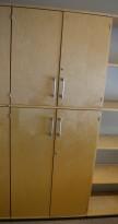Høyt skap med dører fra Kinnarps i bjerk, 5 permhøyder, høyde 203cm, pent brukt