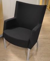 Loungestol fra Kinnarps, modell Invito i sort stoff, pent brukt
