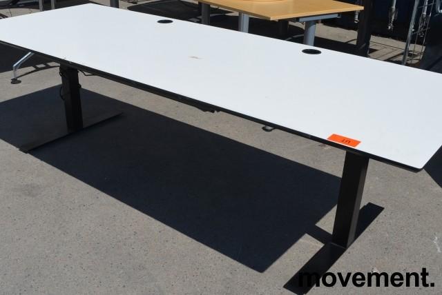 Svenheim skrivebord med elektrisk hevsenk i hvitt / sort, 240x90cm, pent brukt bilde 2