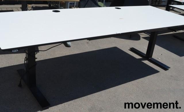 Svenheim skrivebord med elektrisk hevsenk i hvitt / sort, 240x90cm, pent brukt bilde 1