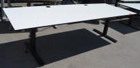 Svenheim skrivebord med elektrisk hevsenk i hvitt / sort, 240x90cm, pent brukt