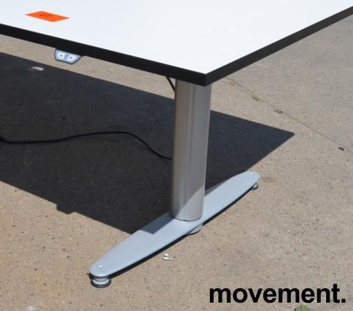 Kinnarps T-serie skrivebord med elektrisk hevsenk i hvitt med sort kant, 240x90cm, pent brukt bilde 2