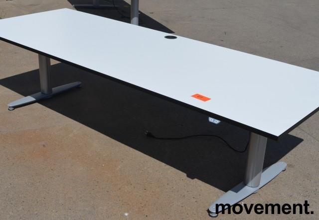 Kinnarps T-serie skrivebord med elektrisk hevsenk i hvitt med sort kant, 240x90cm, pent brukt bilde 1