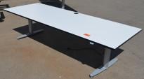 Kinnarps T-serie skrivebord med elektrisk hevsenk i hvitt med sort kant, 240x90cm, pent brukt
