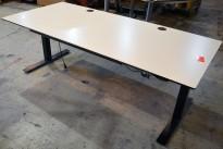 Svenheim skrivebord med elektrisk hevsenk i hvitt / sort, 180x90cm, pent brukt