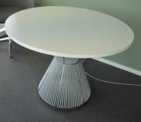 Rundt møtebord i hvitt / grått fra Karl Andersson & Söner, modell Hide, design: WIS Design, Ø=100cm, pent brukt