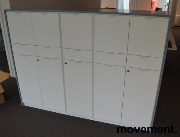 Skap med dører og skuffer i hvitt med grå ramme fra Trece, bredde 172cm, høyde 128cm, pent brukt bilde 1