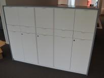 Skap med dører og skuffer i hvitt med grå ramme fra Trece, bredde 172cm, høyde 128cm, pent brukt