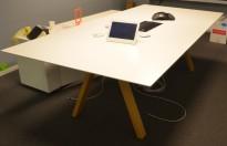 Møtebord / konferansebord i hvitt / ben i heltre eik, 240x120cm, passer 8-10 personer, pent brukt