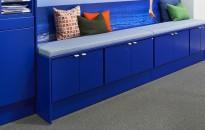 Sittebenk i blått med skap under fra Trece, bredde 285cm, dybde 60cm, pent brukt