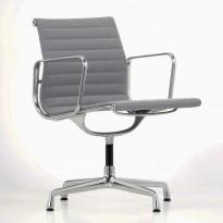 Charles & Ray Eames EA108 Conference Chair Aluminium Group Series fra Vitra i grått stoff / krom ramme, pent brukt