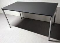 Konferansebord / kantinebord / klappbord fra FourDesign, Danmark, grå plate, krom understell, 140x70cm, pent brukt