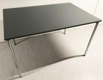 Konferansebord / klappbord fra FourDesign, Danmark, grå plate, krom understell, 120x80cm, pent brukt