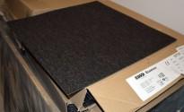 Teppefliser i farge 9111 gråbrunt fra Tarkett / Desso Essence, 50x50cm, kun brukt 7mnd, prisen er pr flis