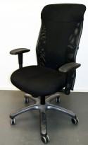 Enkel kontorstol i sort, høy rygg, armlener, pent brukt
