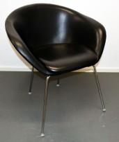 Loungestol fra Arper, modell Duna 02, sort skinn, 4 ben i krom, design: Lievore Altherr Molina, pent brukt