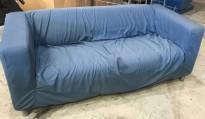 IKEA Klippan 2-seter sofa i blågrått stoff, 180cm bredde, litt tjafsete i trekket