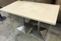 Kafebord i marmorfarget kompositt, ben i krom, 120x70cm, pent brukt