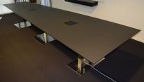 Lekkert møtebord i matt sort farge, krom understell, 440x140cm, 14-16 personer, pent brukt 2015-modell