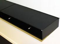 Lite, vegghengt Montana-skap med 1 skuff i sort, 69,7cm b, 12,5cm h, 30cm d, brukt med litt slitasje