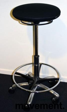 Arbeidsstol/behandlerstol fra Savo, modell JOI, ekstra høy sittehøyde (61-86cm), sort stoff, pent brukt bilde 6