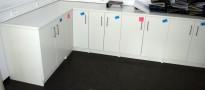 Innredning til rekvisitarom med benkskap og benkeplate, måler 172,5x418cm hjørneløsning, pent brukt