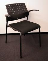 Enkel, stablebar konferansestol i sort plast / sete i sort stoff, pent brukt