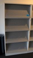 Brosjyrehylle fra Svenheim med luker / oppbevaring bak lukene, hvit / grå luker,4 luker, pent brukt