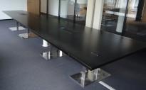 Møtebord i sort eik, krom understell, 558x160cm, 18-20 personer, brukt med slitasje