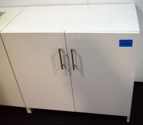 Skap med dører i hvit laminat, 90cm bredde, 85cm høyde, noe kosmetisk slitasje, uten nøkler