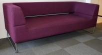 Loungesofa i burgunder/mørk lilla fra LK Hjelle, Modell: Hal, 2,5seter sofa, 198cm bredde, design: Norway Says, pent brukt