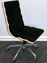 ForaForm Getz konferansestol i sort stoff / bjerkefiner rygg, fempassfot med hjul, pent brukt