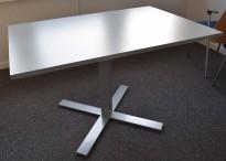 Kompakt møtebord i grått med kryssfot, 120x82cm, passer for 2-4 personer, pent brukt