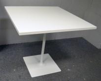 Loungebord / Kantinebord / Kafebord i hvitt, 80x80cm, 74cm høyde, pent brukt understell med ny plate