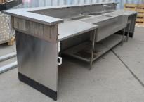 Arbeidsbenk / barmodul i rustfritt stål, med spritrack / flaskerack, 400cm bredde, pent brukt