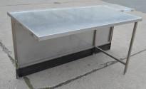 Arbeidsbenk i rustfritt stål med utskjæring i front, 186cm bredde, 82cm dybde, 93cm høyde, pent brukt